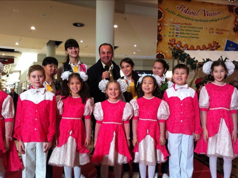 Mikuláš v Poluse. Na festival medzinárodných vianoc prišli zaspievať deti z Ruska. 6.12.2011, Bratislava.