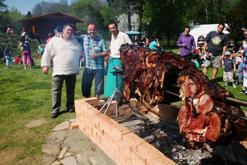 Opekanie vola, obnovenie tradície po 20 rokoch na Zoške. 1.mája 2012 Modra Harmónia.