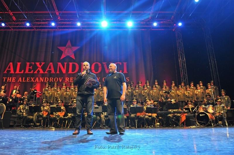 A opäť na jednom pódiu s Alexandrovcami. Majiteľovi Agentúry 22 Jánovi Končekovi odovzdávam certifikát Knihy slovenských rekordov. 4. júna 2012. Nové Zámky.