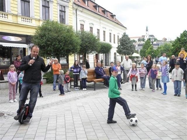 MDD na pešej zóne v Nitre pred predajňou Úspech Nitrazdroj. 31.máj. 2013. Nitra.