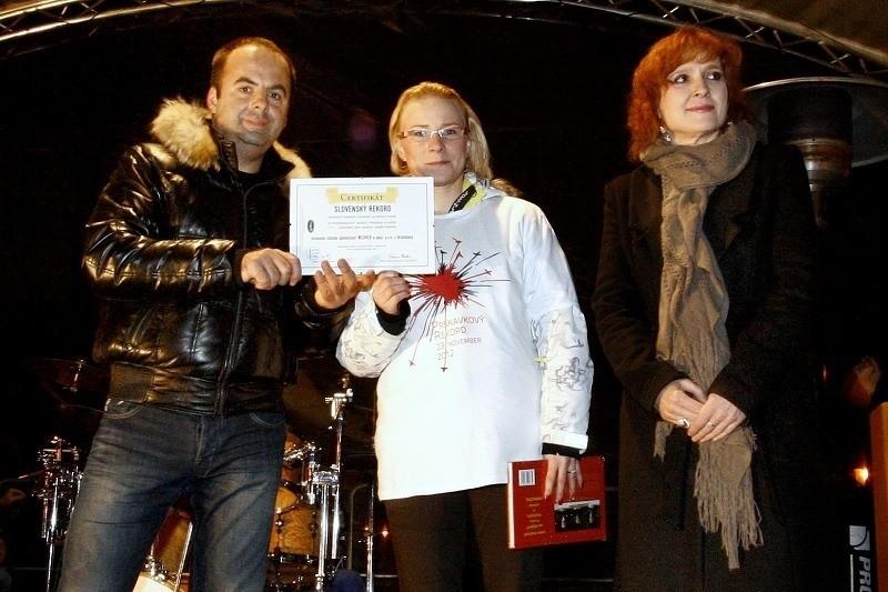 Prskavkoveho rekordu sa na Hviezdoslavovom namesti zučastnilo 1500 ľudi so zapálenymi prskavkami. 23.novembra, 2012. Bratislava.