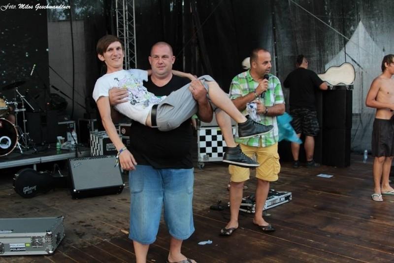 Jedna z tipovacích sútaží na festivale. Kolko kg váži táto dvojica? 9.augusta.2013. Červeník.