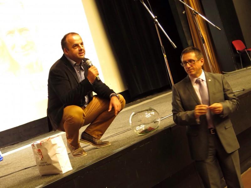 2.ročník Deń seniorov v Dome kultúry Ružinov. S pánom starostom Dušanom Pekárom pri žrebovaní tomboly. Bratislava.