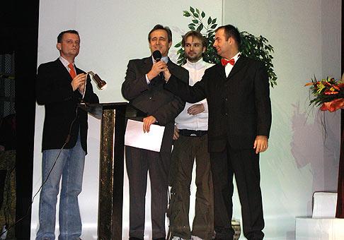 Pri odovzdávaní cien MISS Levice 2003 bol aj skvelý Vilo Rozboril, riaditeľ divadla Andreja Bagara V Nitre pán Greššo a Ján Ďurovčík - choreograf.