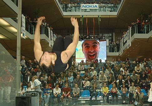Moja asi najumeleckejšia fotka z podujatia v Auparku. V popredí akrobat.
