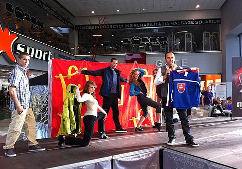 Módna show a zábavné aukcie v štýle majstrovstiev sveta v ľadovom hokeji. 10.4.2011, Bratislava.