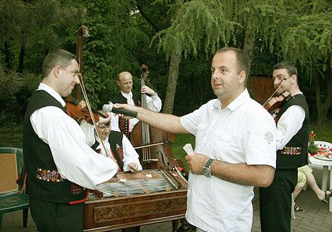 Na stretnutí klientov spoločnosti Beset hrala aj ľudová hudba Petra Kuštára. 29.5.2008