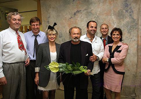 S českou hereckou špičkou po predstavení Blbec na večeru v DK Dúbravka. 13.11.2009, Bratislava. Autor fotografie: Laco Lesay, tel: 0908 717 898.