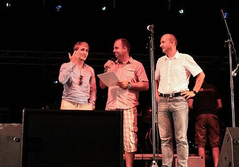 Sajfa a primátor mesta Žiar nad Hronom, Ivan Černaj vyžrebovali troch výhercov na Cityfest 2010. 14.8.2010, Žiar nad Hronom.