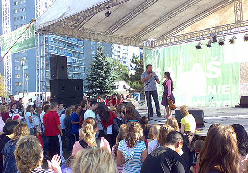 Dúbravské hody 2009. S huslistkou a speváčkou, 11. ročnou Anabelou Patkolovou. Bratislava 26.9.2009.