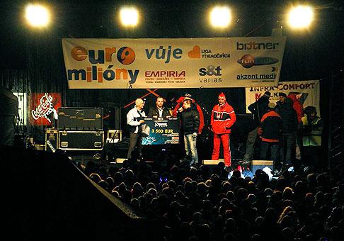 Kuly z Desmodu si priniesol na Donovalyfest helmu na štvorkolku, ktorú sme vydražili a spolu s celým výťažkom z festivalu vydražená suma putovala na detskú onkológiu v Banskej Bystrici. 30.1.2010, Donovaly.