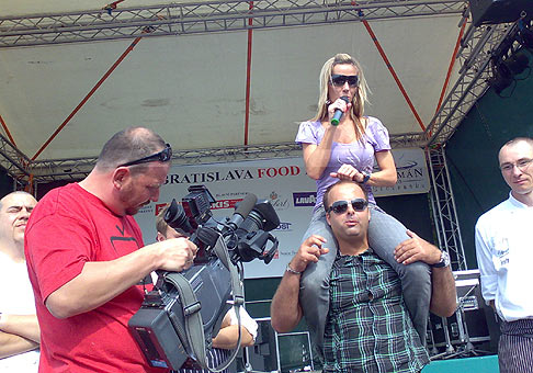 S Erikou Barkolovou z televízie JOJ, pri vyhlásení jedla relácie Črepiny s hviezdičkou. 6.6.2009, Bratislava.