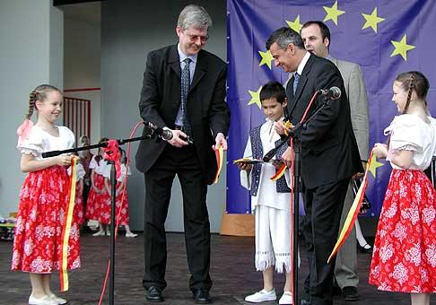 Slávnostné prestrihnutie pásky pri príležitosti vstupu do EÚ v Ružinove za účasti starostu m.č. Ružinov Ing. Pavla Kuboviča.