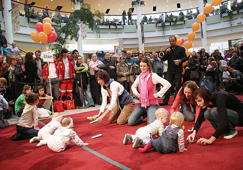 Majstrovstvá Slovenska v lození bábätiek od 6 do 10 mesiacov v bratislavskom Poluse. 17.10.2009.