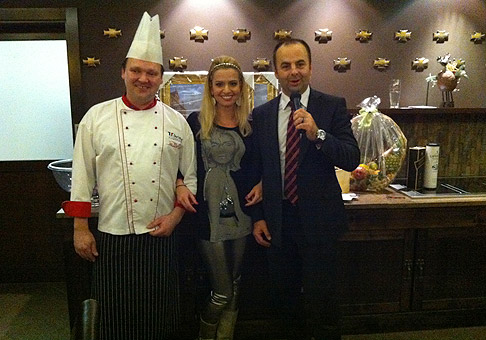 Šéfkuchár hotela Galileo, Ján Zluky, pripravil fantastickú silvestrovskú večeru, na ktorej si pochutila aj Mariana Ďurianová. 31.12.2010, Donovaly.