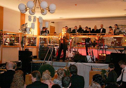 Slávnostné otvorenie muzikálového galavečeru v hoteli Tatra Trenčín s hviezdami známych muzikálov a skupinou Olympic. Trenčín 6.2.2010.