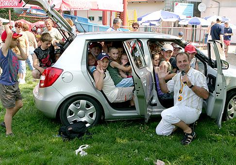 Do novej Škody Fabia sa zmestí až 28 detí. Športový deň IDC Holding, Sereď.