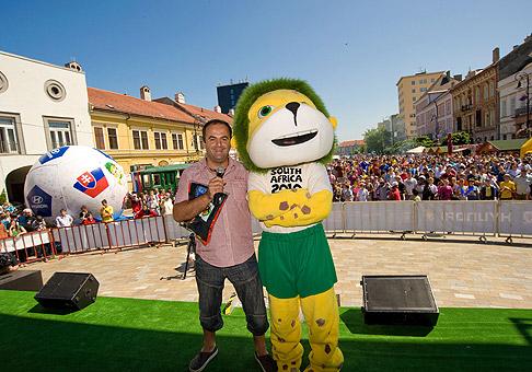 Atmosféra počas zápasu Slovensko-Nový Zéland na hlavnom námestí v Košiciach bola úžasná. Však ju vytváralo približne 10 tisíc fanúšikov :). 14.6.2010.