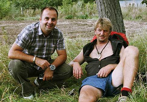 Šiel som do Senca na podujatie a koho som nestretol? Jozef Kubáni (TV JOJ) na svojich peších potulkách Slovenskom, ako oddychuje pri strome. Odvoz autom odmietol, tak som sa s ním aspoň odfotil. Držím mu palce!