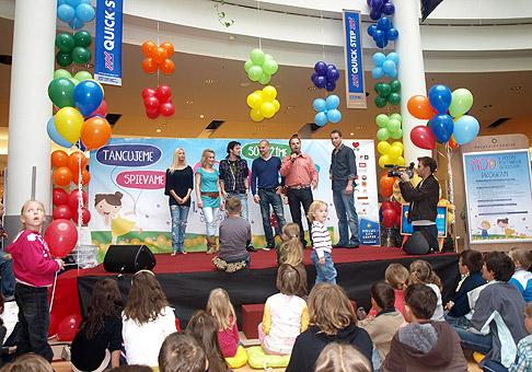 Oslava MDD v Poluse sa niesla v znamení -natri to hviezdam Let's Dance-. V programe vystúpili tanečníci tejto televíznej šou. 1.6.2010, Bratislava.