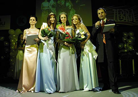 Finalistky súťaže Miss Ekonomickej univerzity a moja spolumoderátorka Jana Zvončeková.