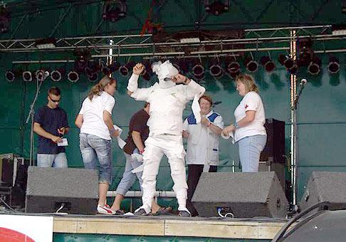 Skalica Music Fest 2007, súťaž v omotávaní moderátora toaletným papierom :-) 1.7.2007 Skalica
