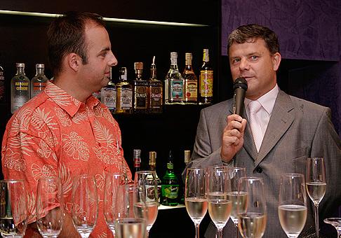 Primátor Nitry Ferdinand Vitek otvoril nový štýlový koktail bar v Nitre.