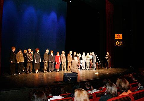 Odmenenie bývalých zamestnancov spoločnosti Nitrazdroj počas slávnostného programu v divadle Andreja Bagara v Nitre.