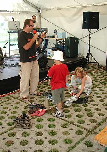 Nubium na akcii v Čuňove nezabudlo ani na detičky. Preto sme pre nich vymysleli skvelé súťaže. Napríklad, kto nazbiera viacej topánok... 26.6.2004