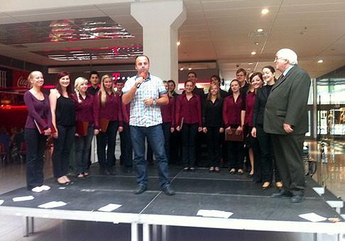 Noc výskumníkov 2011 v Europa shopping center poctil návštevou aj univerzitný spevácky zbor Mladosť. Boli výbornííííí :-) 23.9.2011, Banská Bystrica.