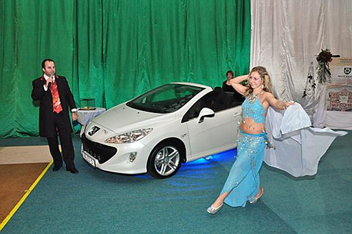 Na plese v Nových Zámkoch je tradíciou, že prvá cena v tombole je osobný automobil. Tentokrát výherca získal kabriolet Peugeot. 15.1.2010. Nové Zámky.
