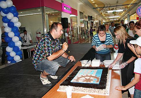 Na narodeninovej torte si v OC Danubia pochutilo viac ako 500 ľudí. 13.6.2009. Bratislava.