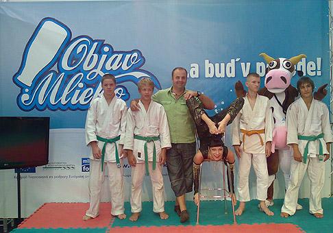 Akciu Objav mlieko podporili rôzne osobnosti kultúry a športu. Na fotografii Judo klub Sokol a hadia žena Zuzana Mošaťová. 22.8.2010 Nitra.