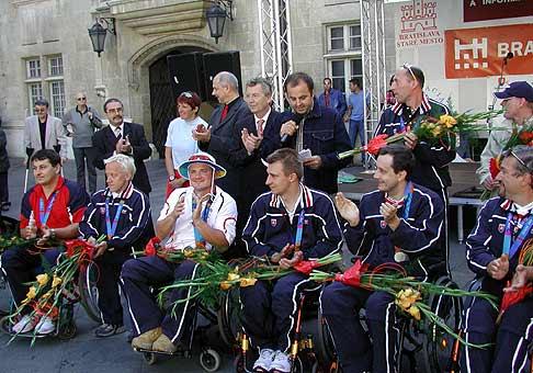 Vítanie paralympijského družstva po príchode do Bratislavy z Atén.