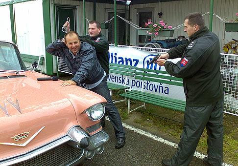 Motoristi deťom - vydarená akcia k MDD v bratislavskom ružinove za prítomnosti veľmi milých a príjemných policajtov, ktorí predviedli zadržanie moderátora :-) 30.5.2009 Bratislava.