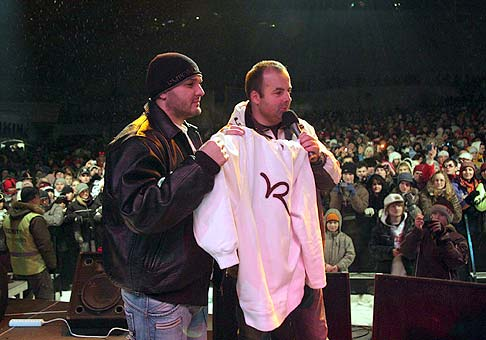 Rytmus na najväčšom zimnom festivale Donovalyfeste 2009 venoval do dražby svoju mikinu, ktorú sme vydražili za 510€ a výťažok bol venovaný na detskú onkológiu v Banskej Bystrici.