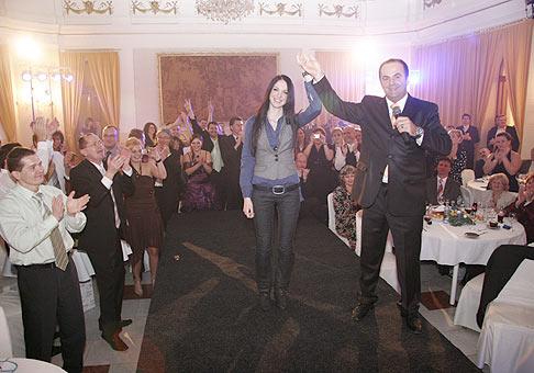 Zuzka Smatanová a skvelá atmosféra, ktorá je jej dielom. To všetko na vianočnom večierku spoločnosti Respect. 18.12.2009, Kursalon Piešťany.