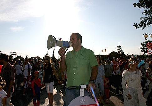 Najväčší karneval na Slovensku sa konal v Senci už po 12. krát. Minulý rok ustanovujúci slovenský rekord 2144 masiek a tento rok rekord z minulého roka prekonaný počtom 2233 masiek. 27.6.2008.