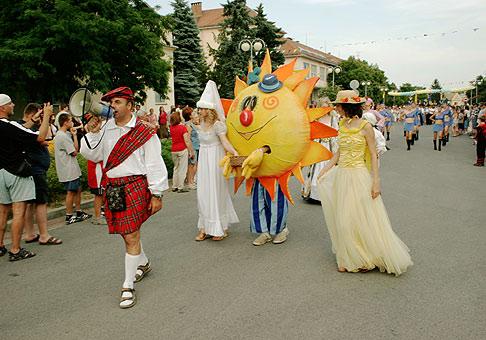 Karnevalový sprievod najväčšieho Slovenského karnevalu. 25.6.2005 Senec.