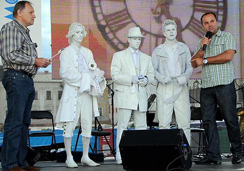 Akcia Harmony Fun v Banskej Bystrici na námestí SNP s SHP Harmanec, vytvárali sme slovenské rekordy. Igor Svitok zakladateľ Knihy slovenských rekordov vľavo. 12.6.2009.