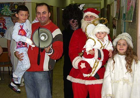 So spoločnosťou Microwell a Mikulášom na návšteve v Šalianskej nemocnici na detskom oddelení 6.12.2005.