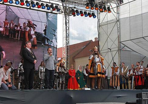 Kráľ Ľudovít I. Veľký odovzdáva listinu výsad královského mesta primátorovi Skalice, Stanislavovi Chovancovi. 19.9.2010, Skalica.