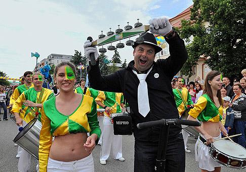 Karnevalový sprievod počas veľkého letného karnevalu v Senci, mal skoro 1 kilometer. 25.6.2010, Senec.