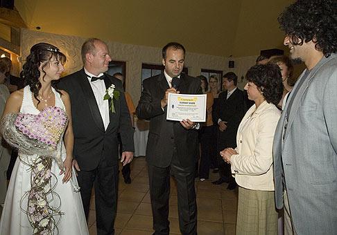 Zápis do knihy slovenských rekordov. Najväčšia svodobná kytica merala 2,34 metra a manželia Lendacki ju dostali od kvetinárstva M-Hortus z Ilavy. 15.9.2007, Trenčín.