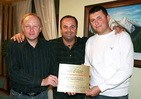 Igor Svitok, Richard Vrablec a Robert Mačák ml. Zakladatelia Knihy slovenských rekordov pred slávnostným umiestnením pamätnej tabule na hotel Sobota. 18.10.2009 Poprad.
