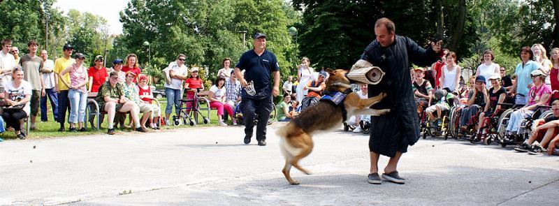 Pri akciách k MDD musí niekedy pre zábavu detí moderátor nasadiť aj vlastnú kožu. 8.6.2010, Bratislava.