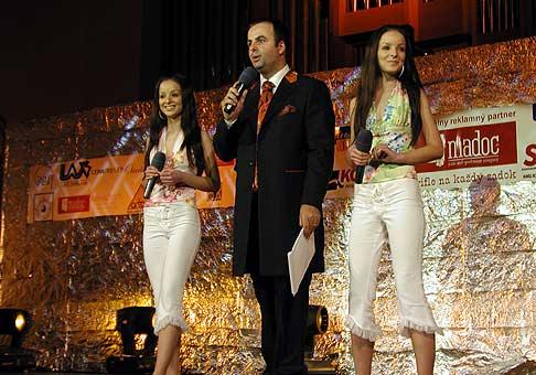 Daniela a Veronika - Tweens, oslávili svoje 18 narodeniny na podujatí s názvom Teenegerka roka 2004.
