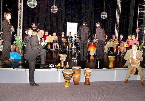 Union Poisťovňa pripravila v divadle Meteorit pre svojich maklérov vianočný večierok v ktorom sa viacerí zúčastnili školy bubnovania :-) 10.12. 2010 Bratislava.