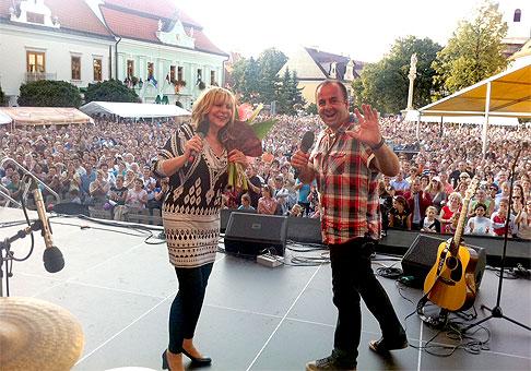 Moderovať vedľa Hany Zagorovej na námestí, kde je 20 tisíc ľudí je fascinujúce a úžasné. 18.9.2011, Skalica.